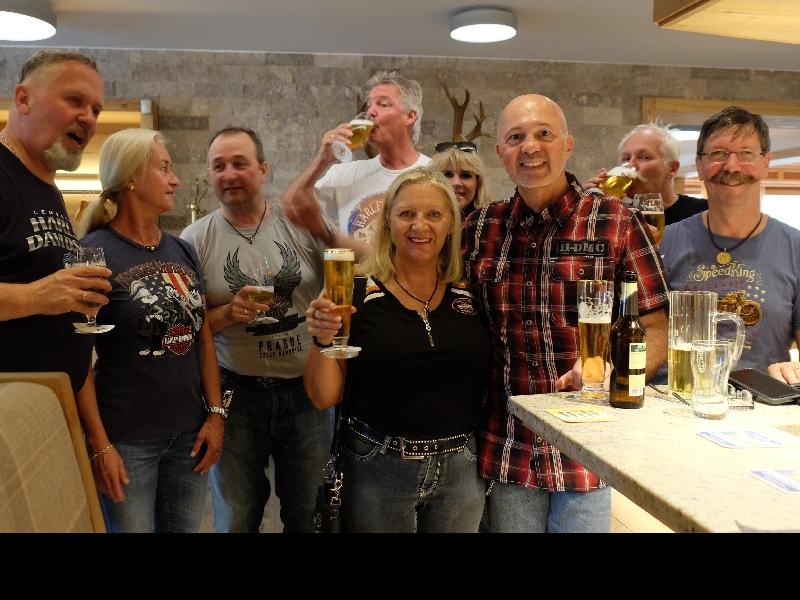 Das erste Bier an der Hotelbar