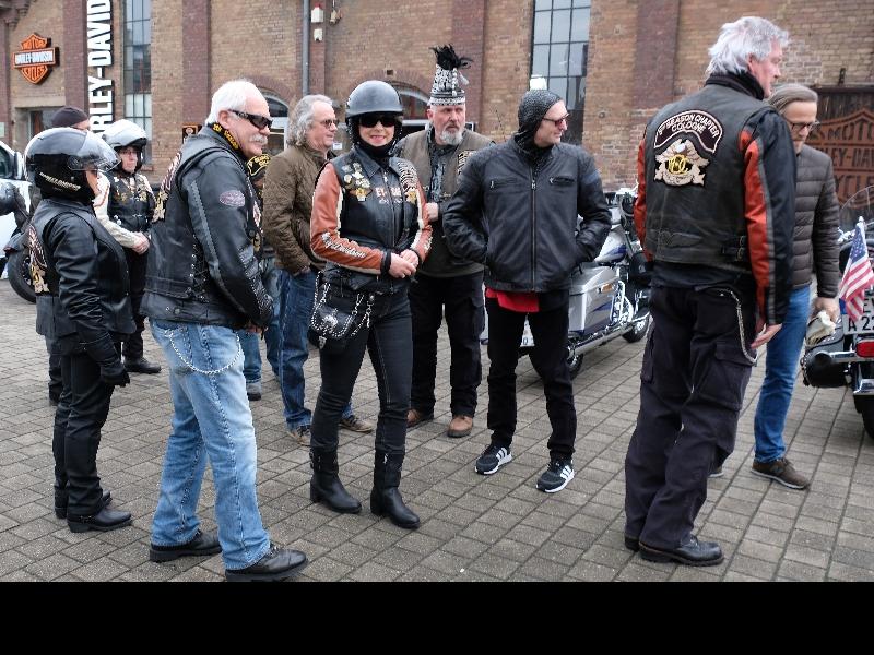 Pünktlich um 12 Uhr trifft sich der Harley-Geleitschutz in Mülheim