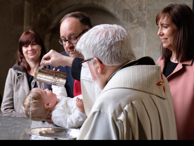 Ganz behutsam tauft Monsignore Heinz-Peter Teller nun Gereon