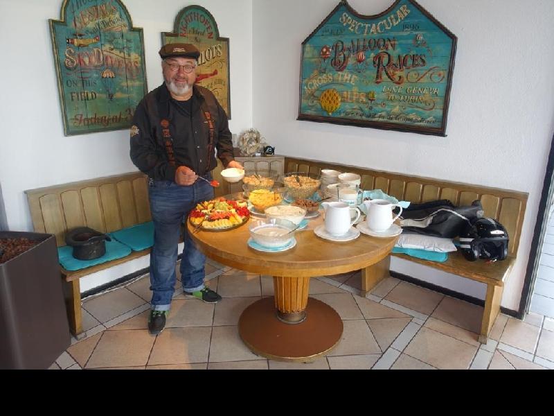Heinz eröffnet das Frühstücksbuffet