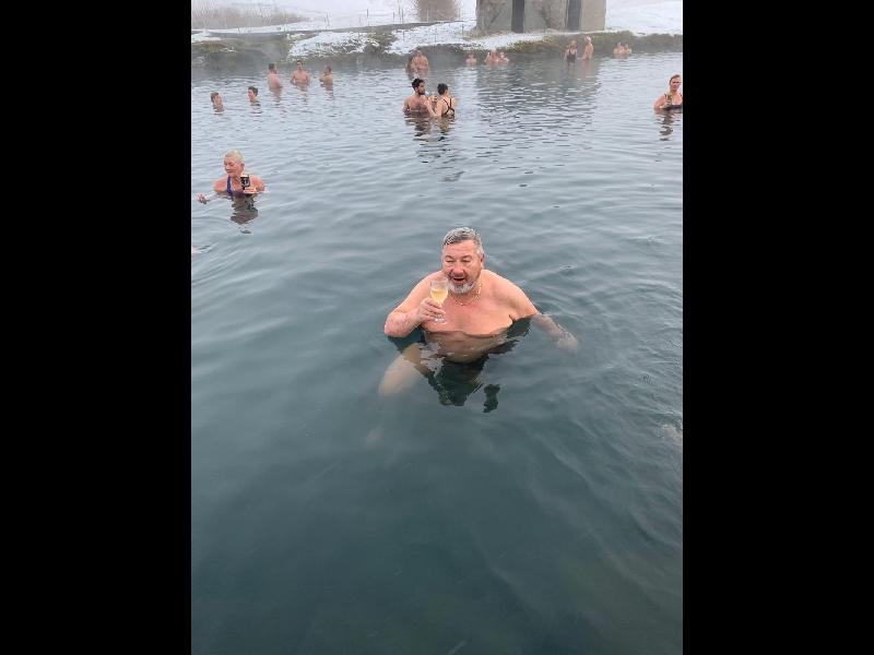 Champagner geht auch in der Badewanne auf Island